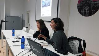 La periodista Arantxa Diez acompanyada de Carme Figueras, del col·lectiu Molins de Rei Acull // Jose Polo