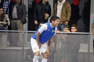 Alfredo, autor de dos gols, es lamenta d'un cop // Jose Polo