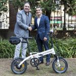 La Diputació lliura dues bicicletes elèctriques a l'Ajuntament