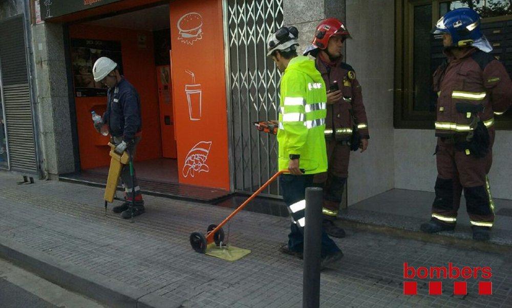 El bombers i els tècnics treballant per trobar què ha provocat l'olor de gas // Bombers