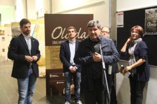 """El mossèn de Molins de Rei, Xavier Aymerich, va anunciar l'acord a la inauguració de l'exposició """"Olorda, una història compartida"""" // Jordi Julià"""