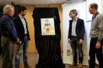 L'autor del cartell, Jordi Martín, amb Xavi Paz (primer tinent d'alcalde), Joan Ramon Casals (alcalde) i Ramon Sánchez (regidor de fira) // Jordi Julià