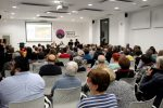 """La sala d'actes de la Federació Obrera s'ha omplert a la presentació de """"Casa Nostra, Casa Vostra"""" // Jordi Julià"""
