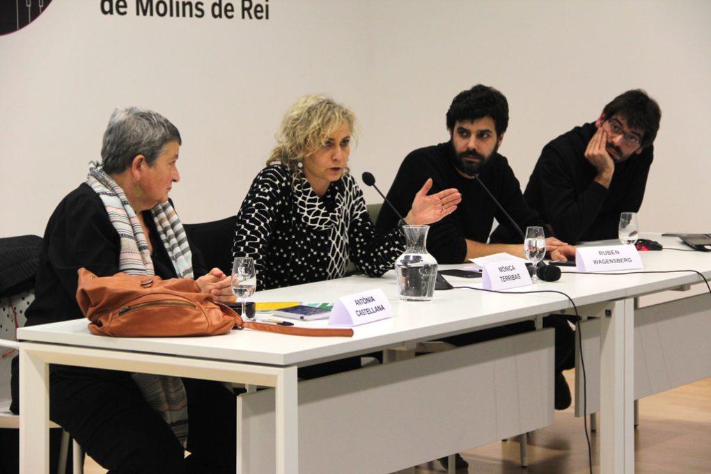 Antònia Castellana, de Molins Acull, la periodista Mònica Terribas, el coordinador de la campanya, Raúl Wagensberg i Ignasi Termes com a organitzador dels actes, van ser a la presentació a Molins de Rei // Jordi Julià