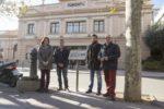 Representants municipals amb el nou panell informatiu davant del Foment - Ajuntament de Molins de Rei