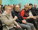 Els membres d'ACOSU van prendre la paraula després que el ple aprovés donar-los la medalla d'honor // Jordi Julià