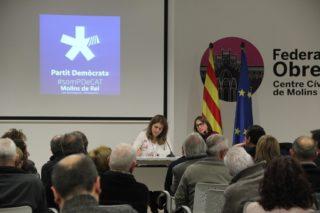 La coordinadora general del PDECat, Marta Pascal, i la presidenta del grup local, Núria Llop, han escoltat els comentaris dels afiliats // Jordi Julià