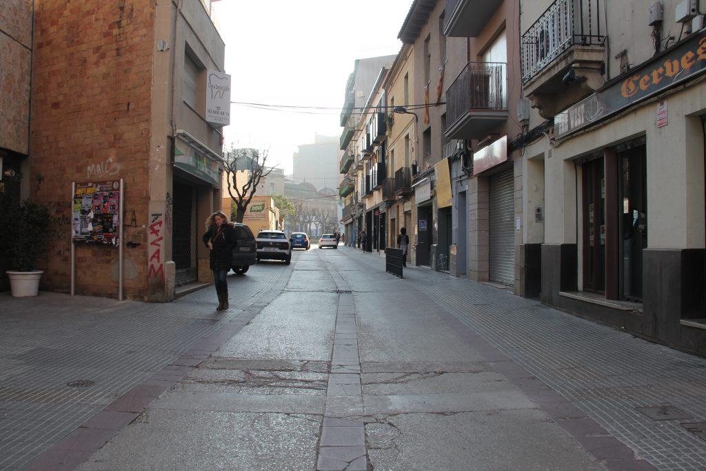 El carrer de Baix està molt malmès a la zona de la plaça de la Creu // Jordi Julià