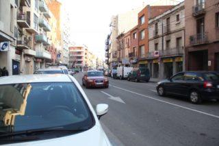 Actualment, els cotxes poden arribar i aparcar a la porta dels comerços // Jordi Julià