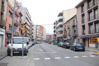La configuració actual al tram central és la que planteja l'opció A: quatre carrils per a vehicles, dos d'ells per a aparcament // Jordi Julià