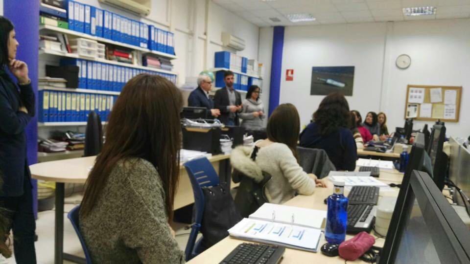 Alumnes i professorat d'un dels cursos de formació ocupacional al Centre García-Nieto // Ainoa Garcia