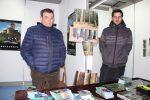 El regidor de Turisme d'Espinelves, Jordi Geli, juntament amb el representant d'Arboretum a l'estand de la plaça del Mercat // Jordi Julià