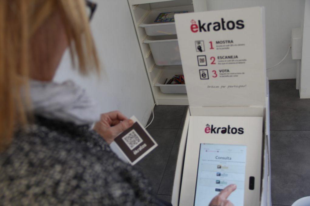 Per votar s'ha d'escanejar un codi QR personal, posar el DNI en una tablet i triar l'opció // Jordi Julià