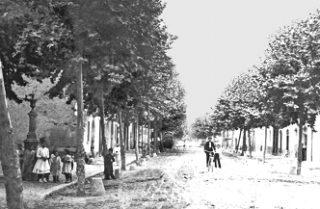 Imatge cap a 1910 quan encara no hi havia llambordes i només un ciclista circulant // Arxiu Josep Raventós Cartró