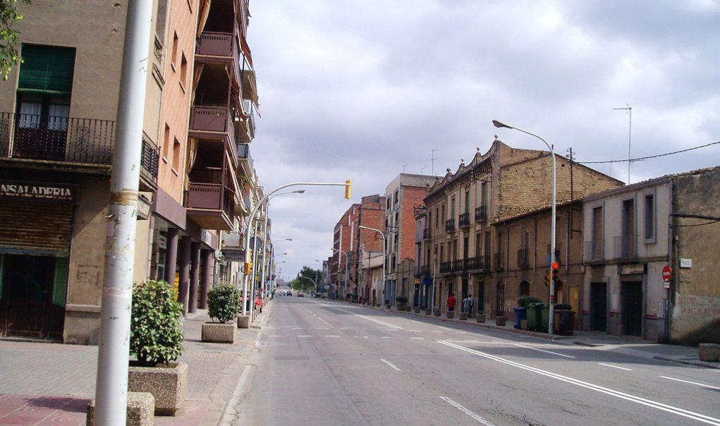 Imatge del 2004 on es veu com es mantenien els dos carrils per sentit i els cotxes aparcaven a la vorera tot i les pilones per impedir-ho // Arxiu Josep Raventós Cartró