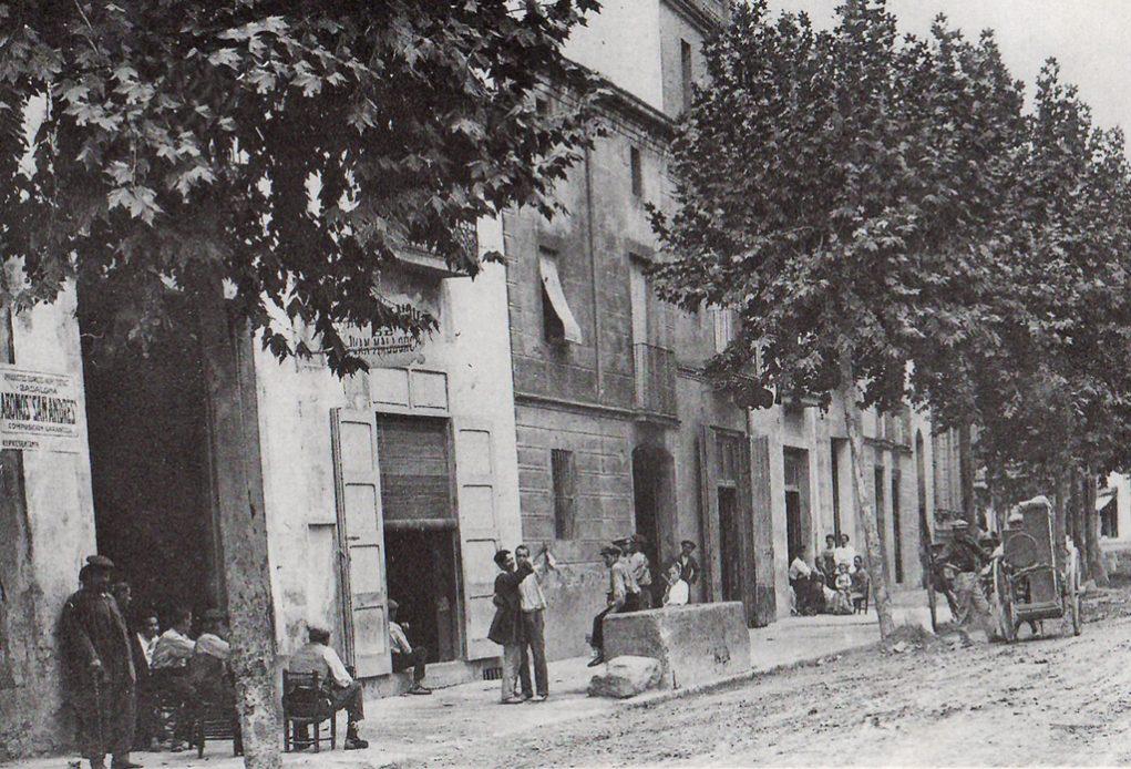 La Carrtera era un espai de passeig i on era normal posar la cadira per 'prendre la fresca' // Arxiu Josep Raventós Cartró