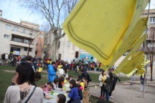 Els nens podien pintar samarretes grogues i estendre-les en cordills // Jordi Julià