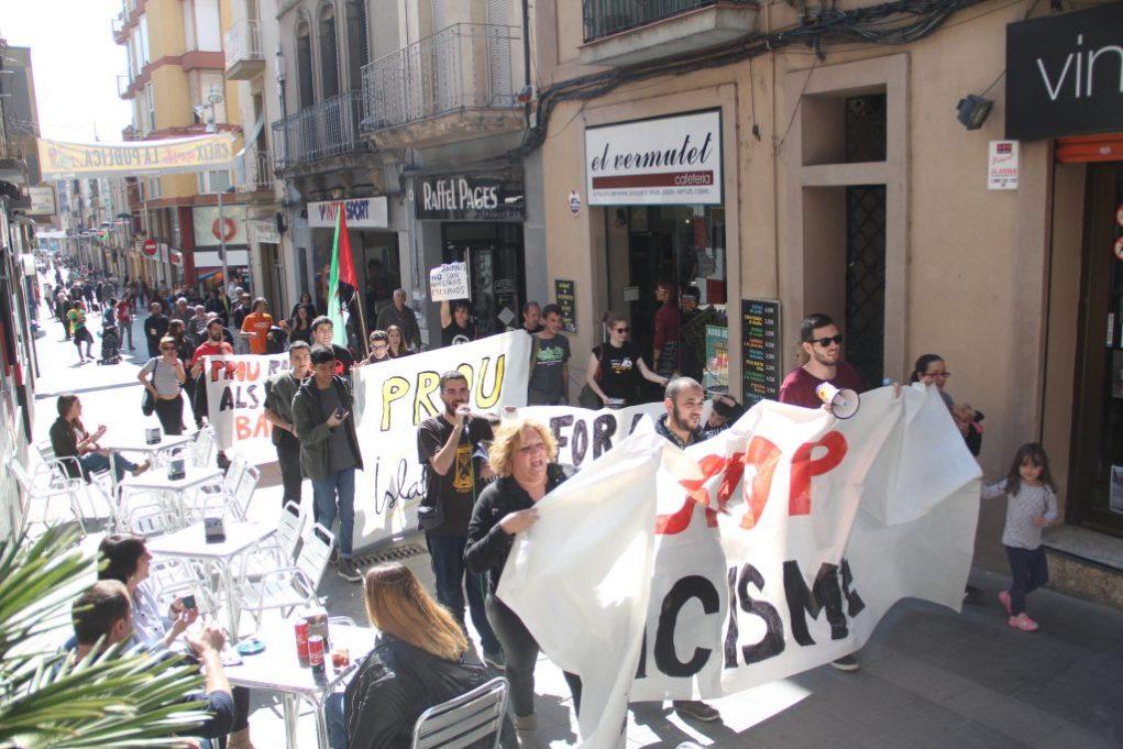 Una trentena de persones han anat de la plaça de la Creu a l'Ajuntament manifestant-se // Jordi Julià