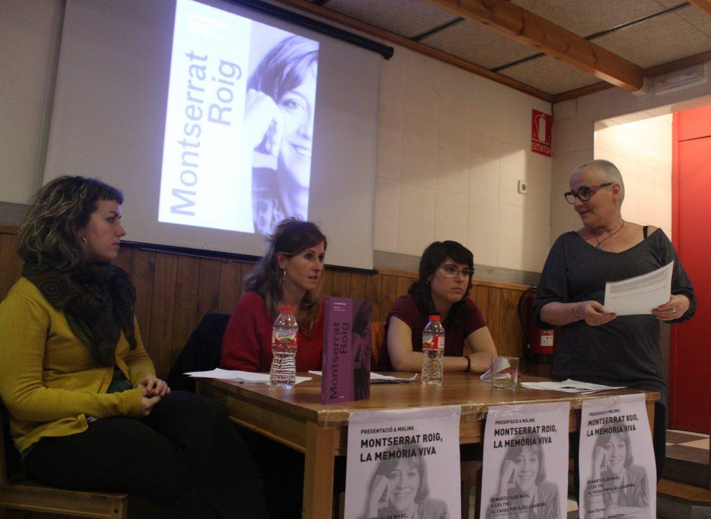 Aina Torres ha presentat el llibre acompanyada d'Ana Víctor i Maria Plana, que han impulsat l'Any Montserrat Roig amb Som Països Catalans; i la regidora de la CUP Laura Munt // Jordi Julià