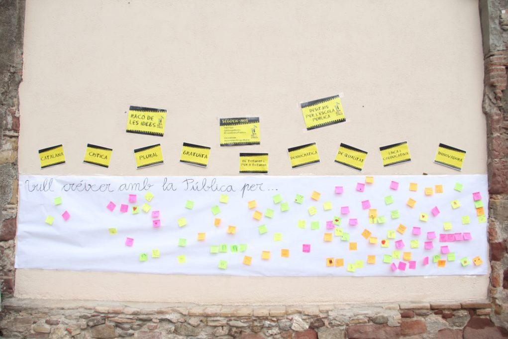 Els nens podien escriure en un mural per què l'escola pública els fa créixer // Jordi Julià