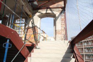 La part de dalt de les escales d'emergència funcionarà de manera normal per connectar les dues plantes de la biblioteca // Jordi Julià