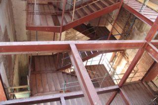 Ja s'han fet les escales principals i l'espai per als ascensors a la banda del carrer Pere Calders // Jordi Julià