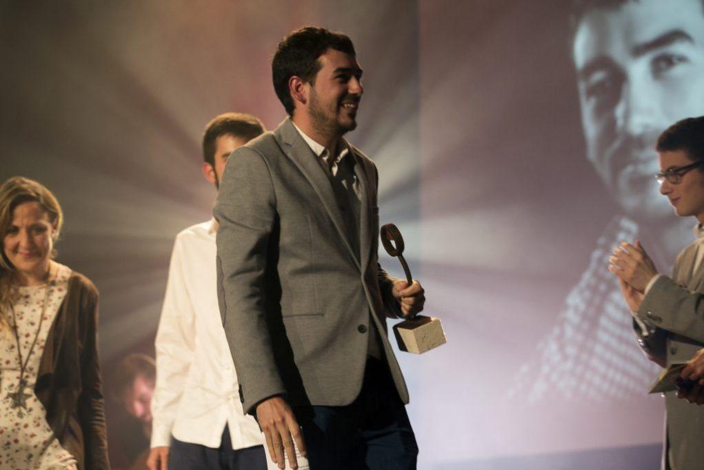 El director, David Guerrero, amb el guardó a la mà // Ajuntament de Molins de Rei