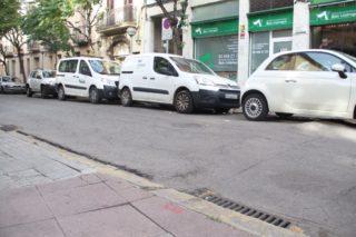 La vorera està aixecada i l'asfalt té bonys // Jordi Julià