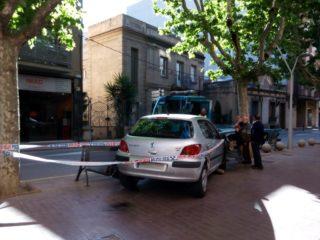 El cotxe ha doblegat un banc i se n'ha emportat un altre // Jordi Julià