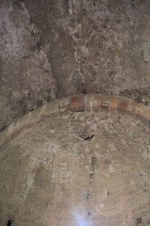 Una esquerda longitudinal recorre el sostre des de la finestre // Jordi Julià