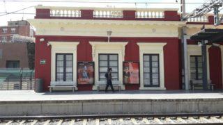 Les finestres d'aquesta part de l'estació són de la casa que hi ha dins. Per aquí van sortir els passatgers // Jose Polo