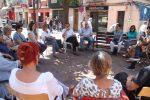 La xerrada va reunir més de vint persones a la plaça de la Creu // Jordi Julià
