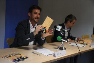 El regidor de Cultura, Xavi Paz, ensenyant la primera edició de l'agenda d'activitats culturals // Jordi Julià