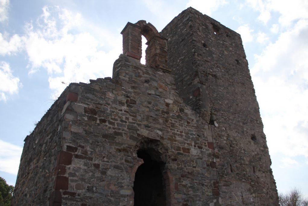 A la porta de l'ermita li falta la part de dalt de l'arc, que es va treure als anys 80 buscant un arc anterior // Jordi Julià