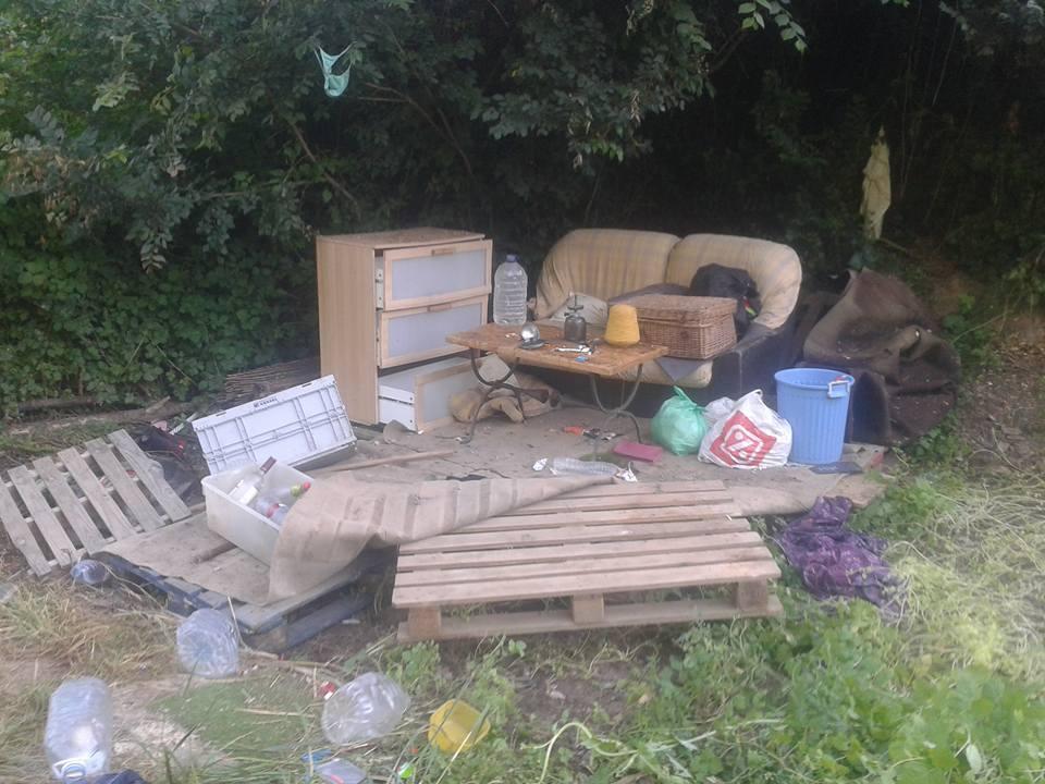 La caravana estava dins un assentament irregular, amb tendes de campanya i objectes diversos // ADF Puigmadrona-Olorda