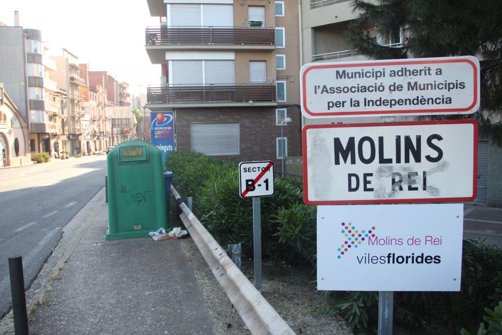 Ja s'ha indicat als accessos que Molins de Rei és una Vila Florida // Jordi Julià