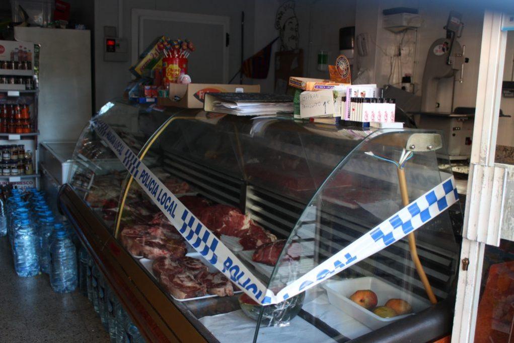 Dilluns a la tarda, es va clausurar el local i el taulell amb la carn // Jordi Julià
