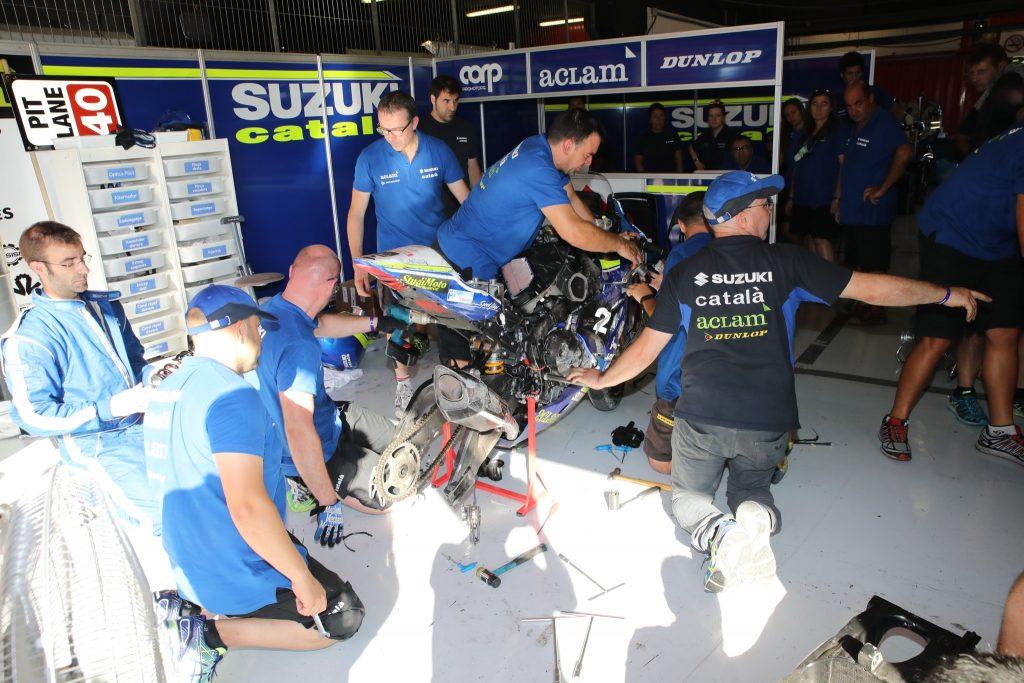 L'equip va intentar reparar la motocicleta durant una hora i mitja // Suzuki Català Aclam