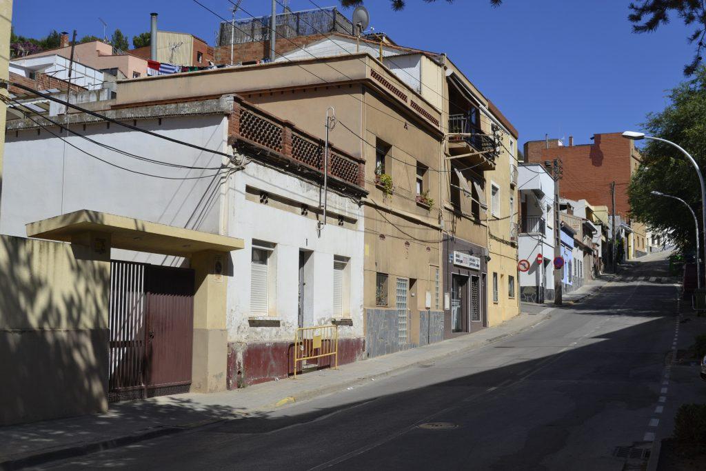 El carrer de Sant Pere de Romaní amb la casa que ha estat ocupada // David Bueno