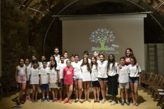 El nens i nenes del Consell d'Infants amb representants de l'Ajuntament // David Bueno