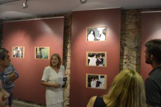 La fotògrafa Lea Rodas ensenyant l'exposició durant la inauguració // David Bueno