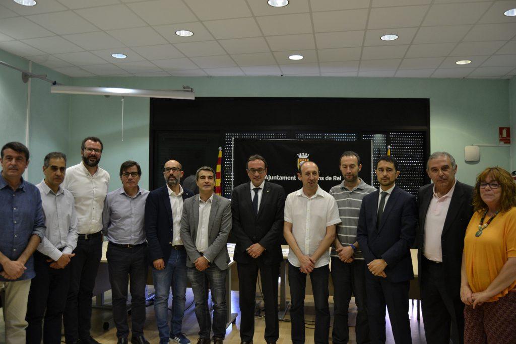 Els alcaldes amb el conseller Josep Rull a la sala de plens de l'Ajuntament de Molins de Rei // David Bueno