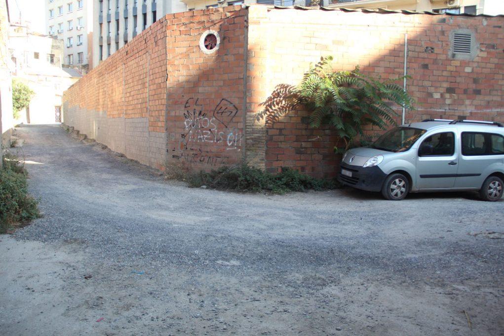 Per arribar fins a l'accés posterior hi ha un tram de grava amb molts clots on una treballadora es va lesionar // Jordi Julià