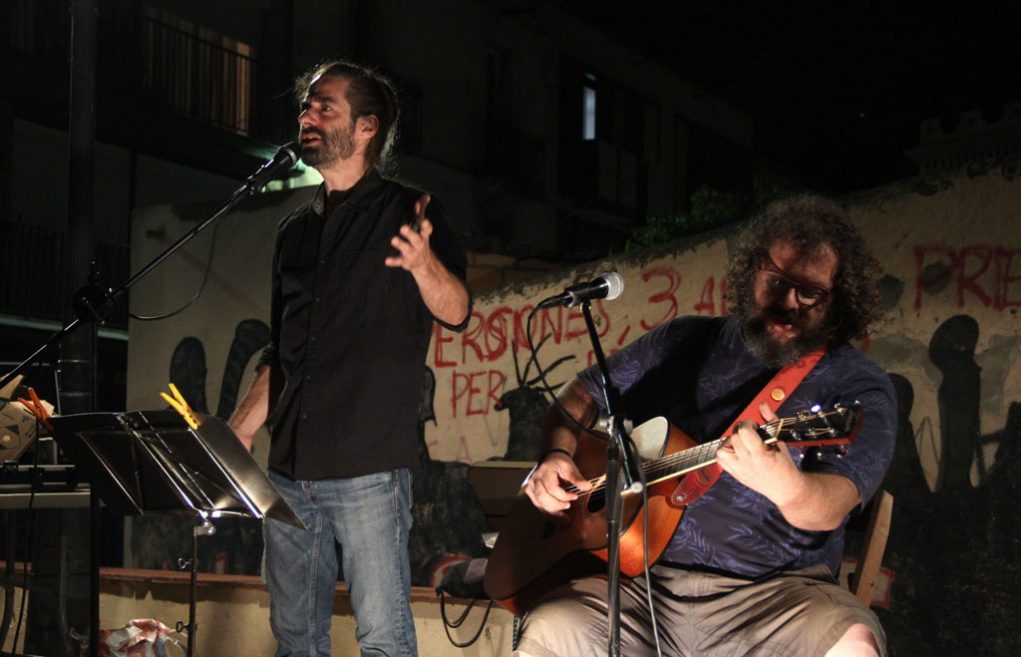 Adrià Sàbat i Sergi Carós durant l'actuació a la plaça de la Creu // Jordi Julià