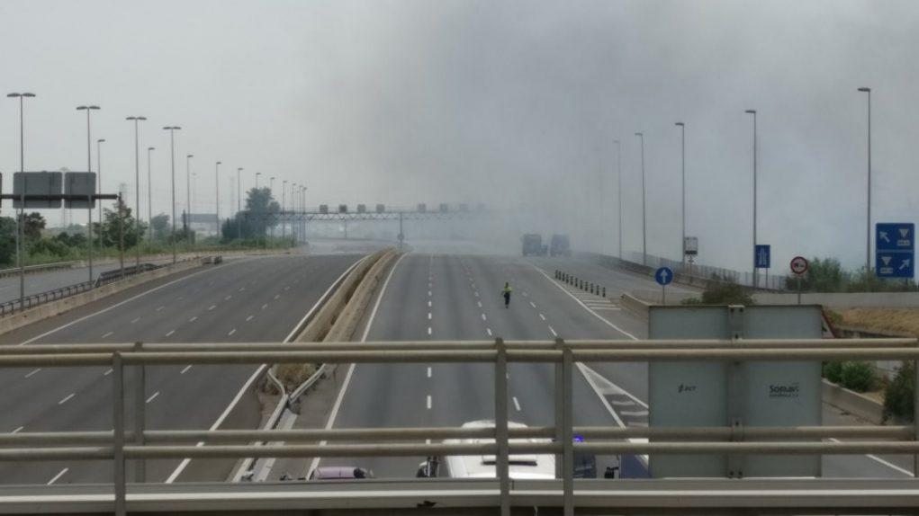 L'intens fum ha fet tallar completament l'autopista en els dos sentits // Ràdio Molins de Rei