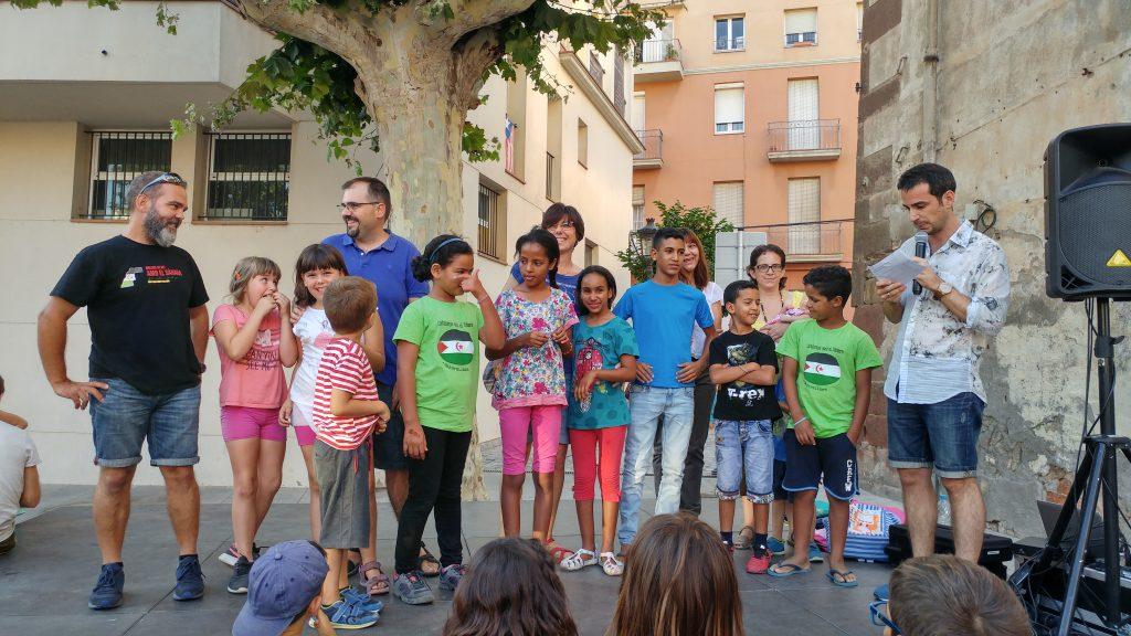 Els nens sahrauís van pujar a l'escenari acompanyats de les famílies d'acollida // Clàudia Ferràndiz