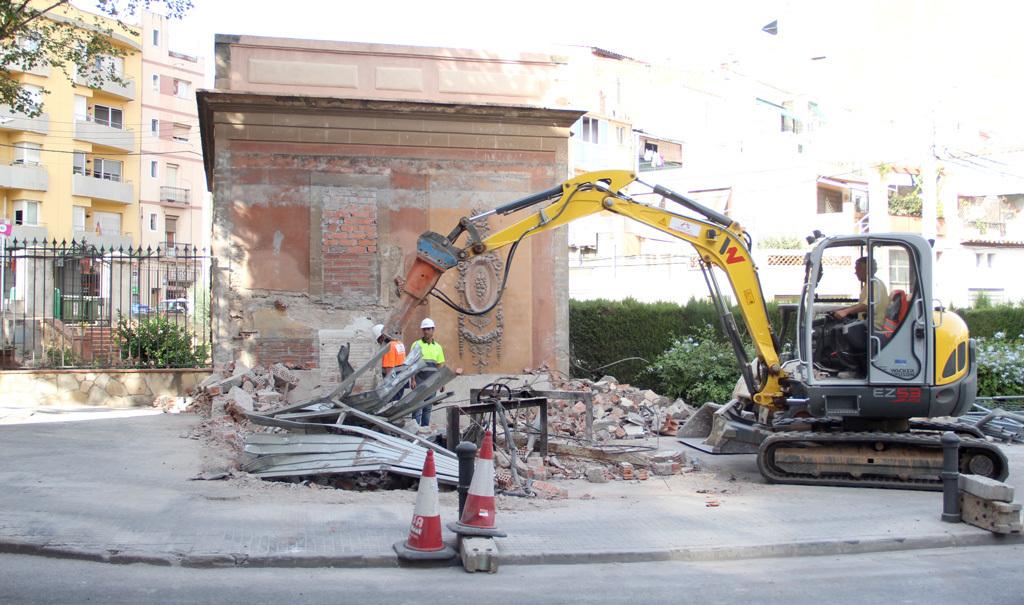 L'excavadora ha anat per feina: a mitja tarda no quedava edifici, només les comportes // Jordi Julià