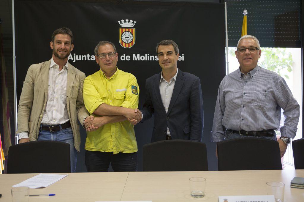 Pere Royo (ADF) saludant les autoritats municipals després d'haver firmat el nou conveni // Ajuntament de Molins de Rei