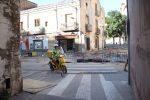 Una moto de Correus accedint al passatge Raseta de la Creu durant les obres de la plaça de la Creu
