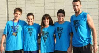 Els nadadors al costat del seu entrenador, Sergio Lloret // CN Molins